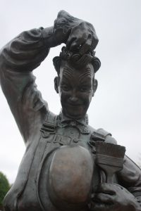 Black and white photo of the Stan Laurel Statue at Theatre Corner